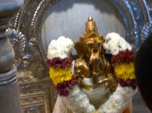 Couronne de fleurs de jasminhonorant la statue de Ganesh dans le temple qui est dédié