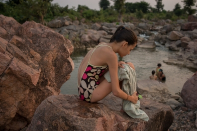 Baignade à la rivière. Orchha, Madhya Pradesh, Inde.