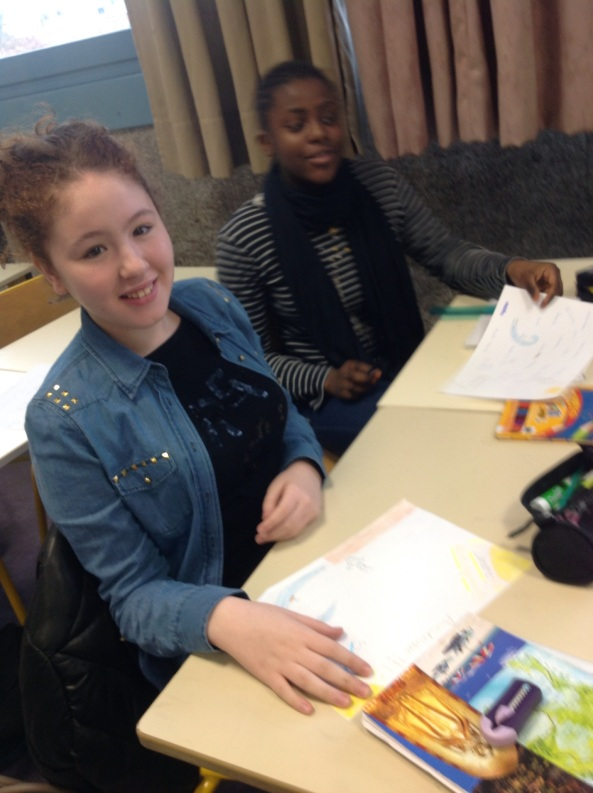 Rikinaze et Safia en plein brainstorming et avec le sourire!