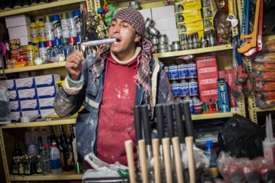 Au marché des mineurs, Jony notre guide nous prouve qu'un baton de dynamite n'est pas dangereux…