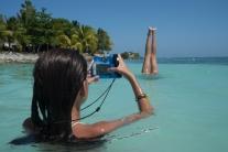 Athéna photographie sa sœur dans la mer des Caraïbes, Tulim, Mexique