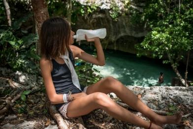 Indira se rafraichit au bord du Grand Cenote, Tulum, Mexique