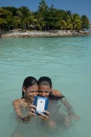 Athéna et Indira font un selfie dans la mer des Caraïbes, à Tulum, Mexique